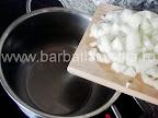 Supa de cartofi cu smantana preparare reteta - punem cepa la calit intr-o oala