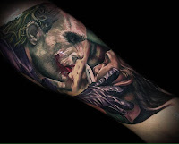 Tatuaje de The Joker Heath Ledger cortando la cara