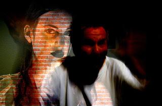Zwei Gesichter von einem wütenden Mann und einer erschrockenen Frau