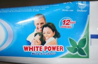 Schlecht überlegter Produktname einer Zahnpasta lustig