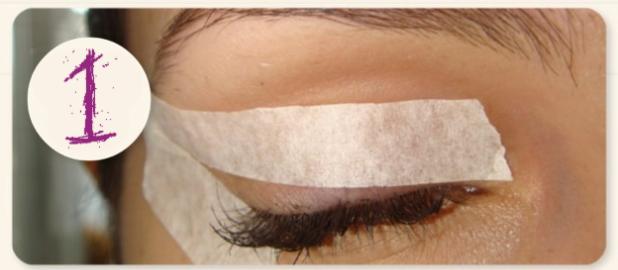 1.Adım: Göz kapağınıza bandı düzgün bir şekilde yapıştırın.