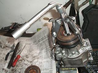 Extracción polea del compresor aire acondicionado del Toyota Corolla