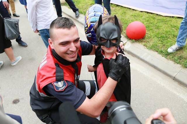 Policía albanesa regala una bella sorpresa a niños hospitalizados