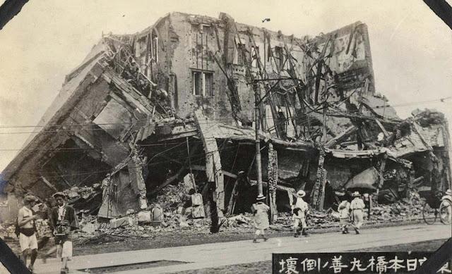 Os restos da famosa livraria Maruzen, localizada no distrito de Nihombashi, em Tóquio, após incêndio.  As livrarias Maruzen eram a maior livraria e principal fornecedor de literatura ocidental e européia em Tóquio.
