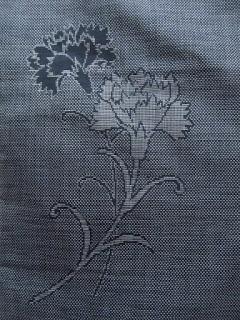 大島紬のカーネーションの着物の紋様