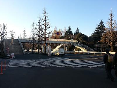 สะพานลอยหน้าสถานี Shinanomachi