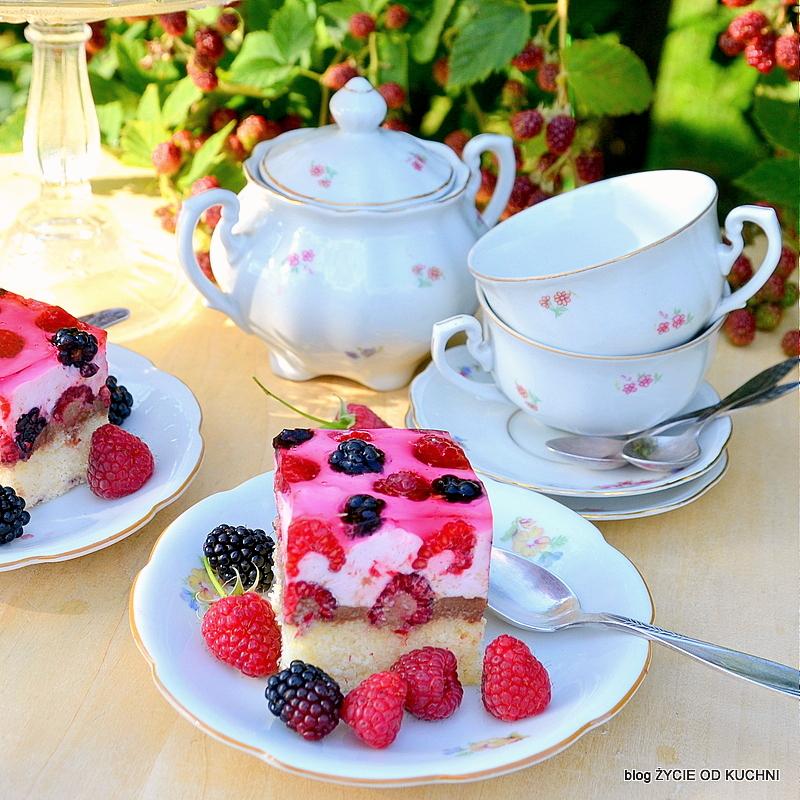 ciasto z galaretką, ciasto z owocami, ciasto z malinami, letnie ciasto, leni deser, jezyny, lato, zastawa w kwiatki, deser w ogrodzie, podwieczorek w ogrodzie, blog, zycie od kuchniogrod,