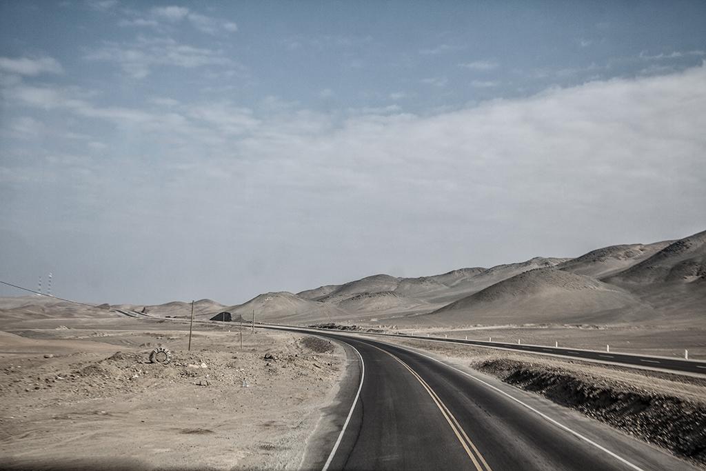vista de la carretera en el desierto peruano