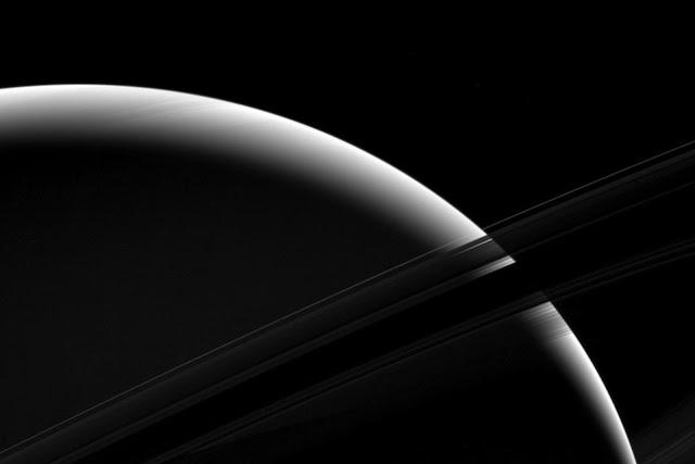 Góc nhìn cận cảnh Sao Thổ được chụp vào ngày 18 tháng 1 năm 2017, cho thấy ánh sáng Mặt Trời tạo thành một dải sáng trên bề mặt Sao Thổ. Hình ảnh này được chụp khi tàu Cassini nằm cách xa Thổ Tinh vào khoảng 1,01 triệu cây số, phần lớn thời gian trong suốt 13 năm hoạt động, con tàu cũng lang thang quanh hành tinh này ở khoảng cách trung bình là 1,6 triệu km. Hình ảnh: NASA/JPL.