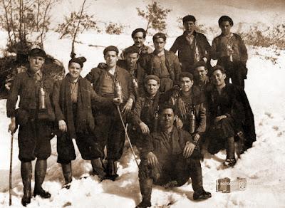 Grupo de mineros posando en la nieve camino del Pozo Peragido.