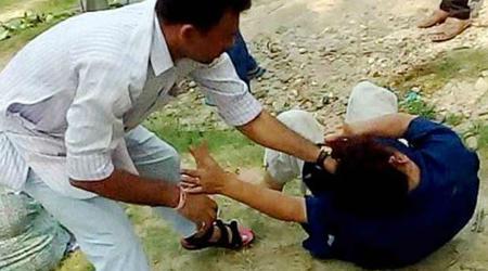 पंजाब में महिला को बाल पकड़कर घसीटा, डंडे से मारा