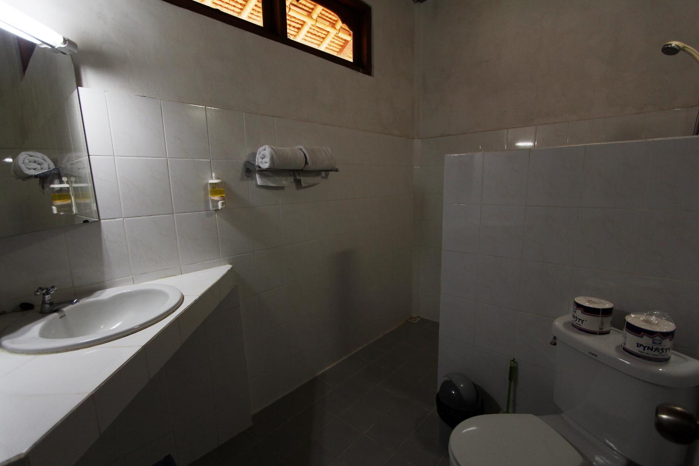 Baño de la habitación del Bunga Permai (Bali)