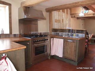 De keuken met 6pits gasfornuis en vaatwasser