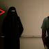 Mulher muçulmana fica presa com um homem no elevador e algo incrível acontece