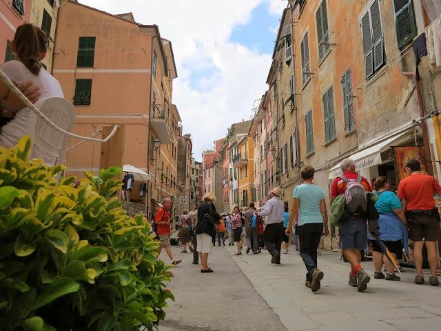 Pessoas passeando pela Via Roma em Vernazza