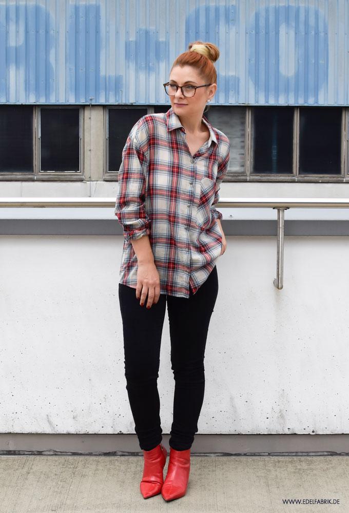 karierte Bluse von Zara, schwarze, enge Jeans, rote Stiefeletten