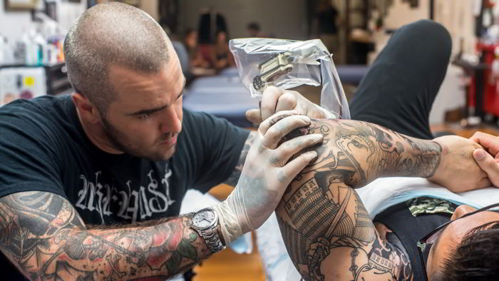 Un tatuador joven con actitud segura