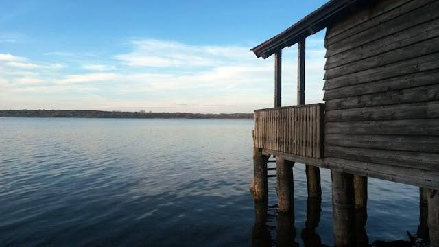 Wintertag am Ammersee mit strahlend blauem Himmel