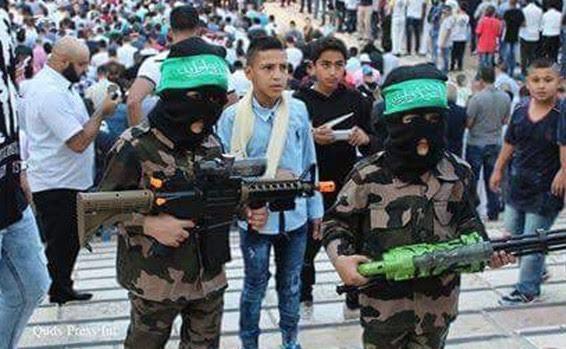Niños musulmanes celebrando fin del Ramadan vestidos de Terroristas