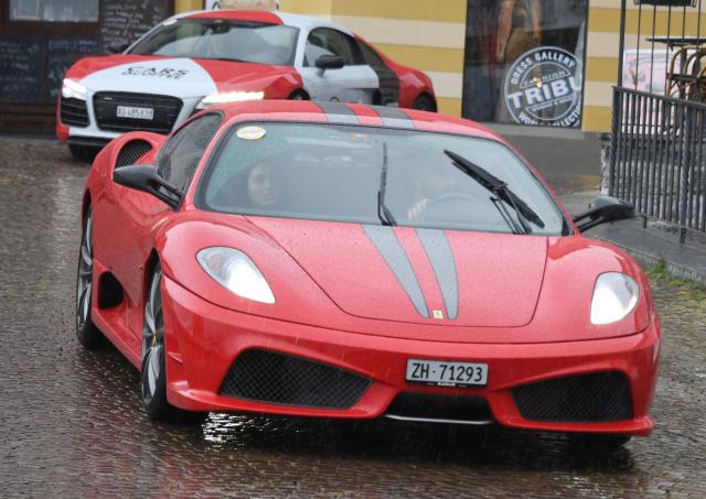 Roter Ferrari 430 Scuderia bein Sportscar Day 2018 im Regen in Ascona
