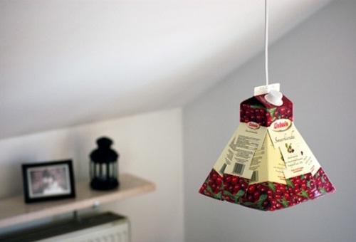 Lampu gantung yang unik bisa dibuat dari karton bekas kotak susu.
