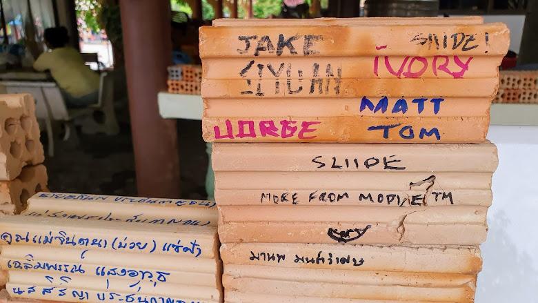 在磚頭上寫下留言祈福