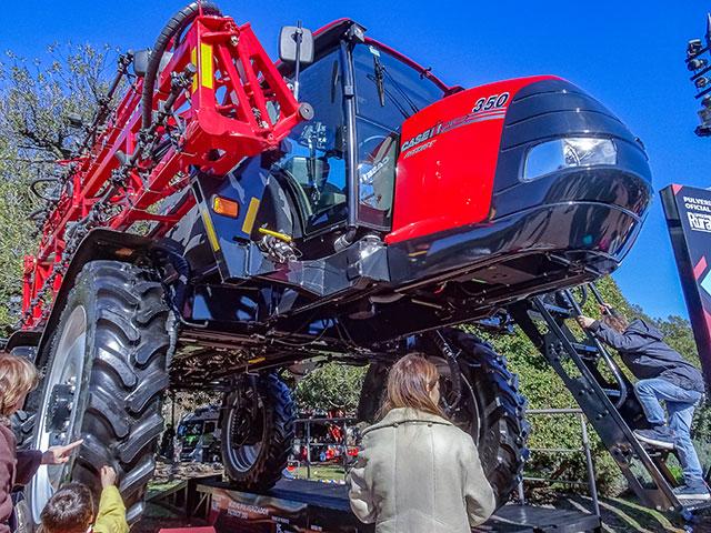 Una maquinaría agricola en exposición