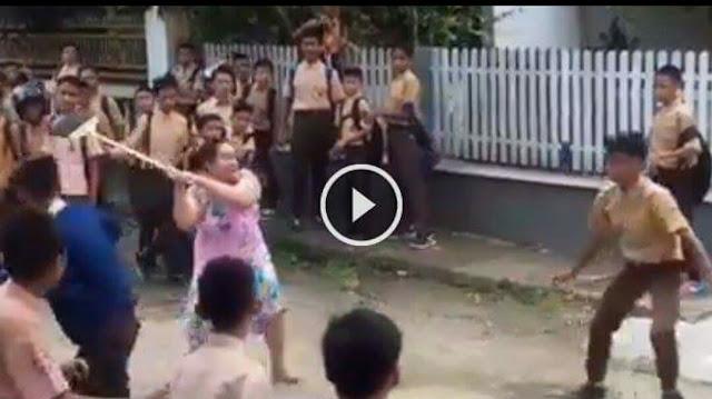 Viral Video 'Emak' Bubarkan Tawuran Pelajar Pakai Sapu, Netizen Beri Pujian Setinggi Langit