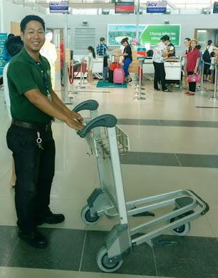 Nhân viên sân bay Phú Quốc trả lại tiền cho khách bỏ quên