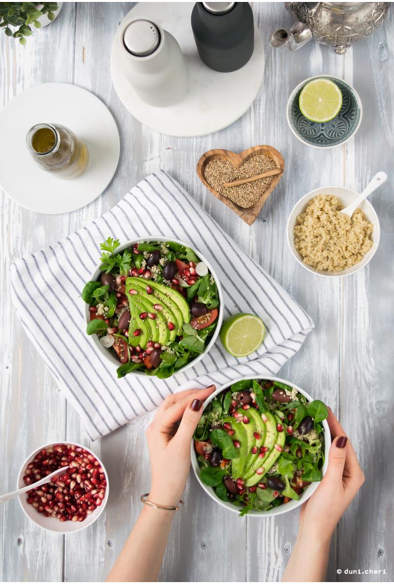 salat vegan avocado quinoa food bowl