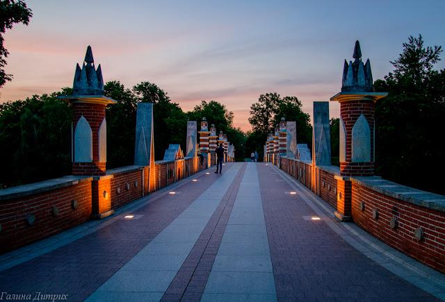 Мост с подстветкой Царицыно ночью