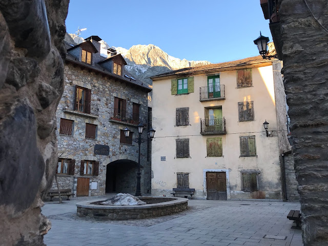 Plaza rodeada de antiguas casas de piedra