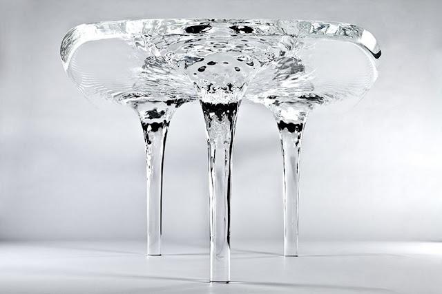 Meja kristal mirip dengan air