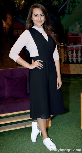 sonakshi sinha on the set of kapil sharma show