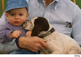bebé y su mascota el perro