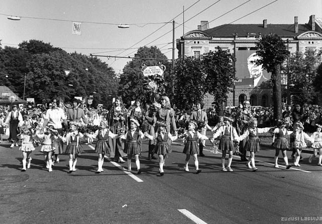 Июль 1980 года. Рига. Праздник песни. Шествие участников по улице Горького