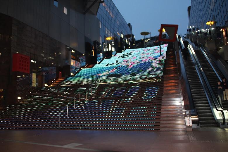 京都車站 LED 大樓梯