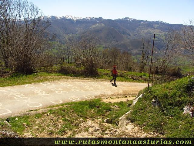 Bajando por la carretera de la Ermita del Alba