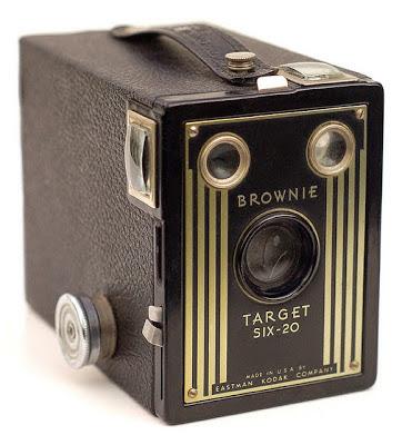 """Kodak memproduksi kamera bernama """"Kodak Brownie"""" yang memang ditujukan untuk kalangan masyarakat menengah"""