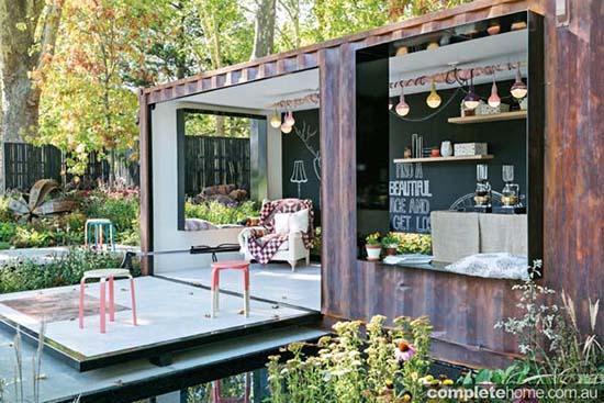 Kebun cantik dengan pavilion kontainer