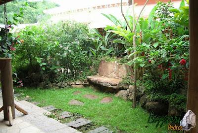 Pisadeira de pedra no jardim, com pedra moledo, para formar caminhos de pedra, pedra com uma média de 40 cm com espessura de 10 cm a 20 cm.