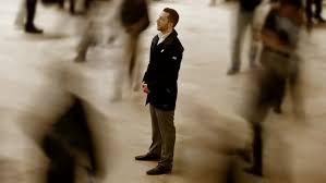 sozinho na multidão trabalho