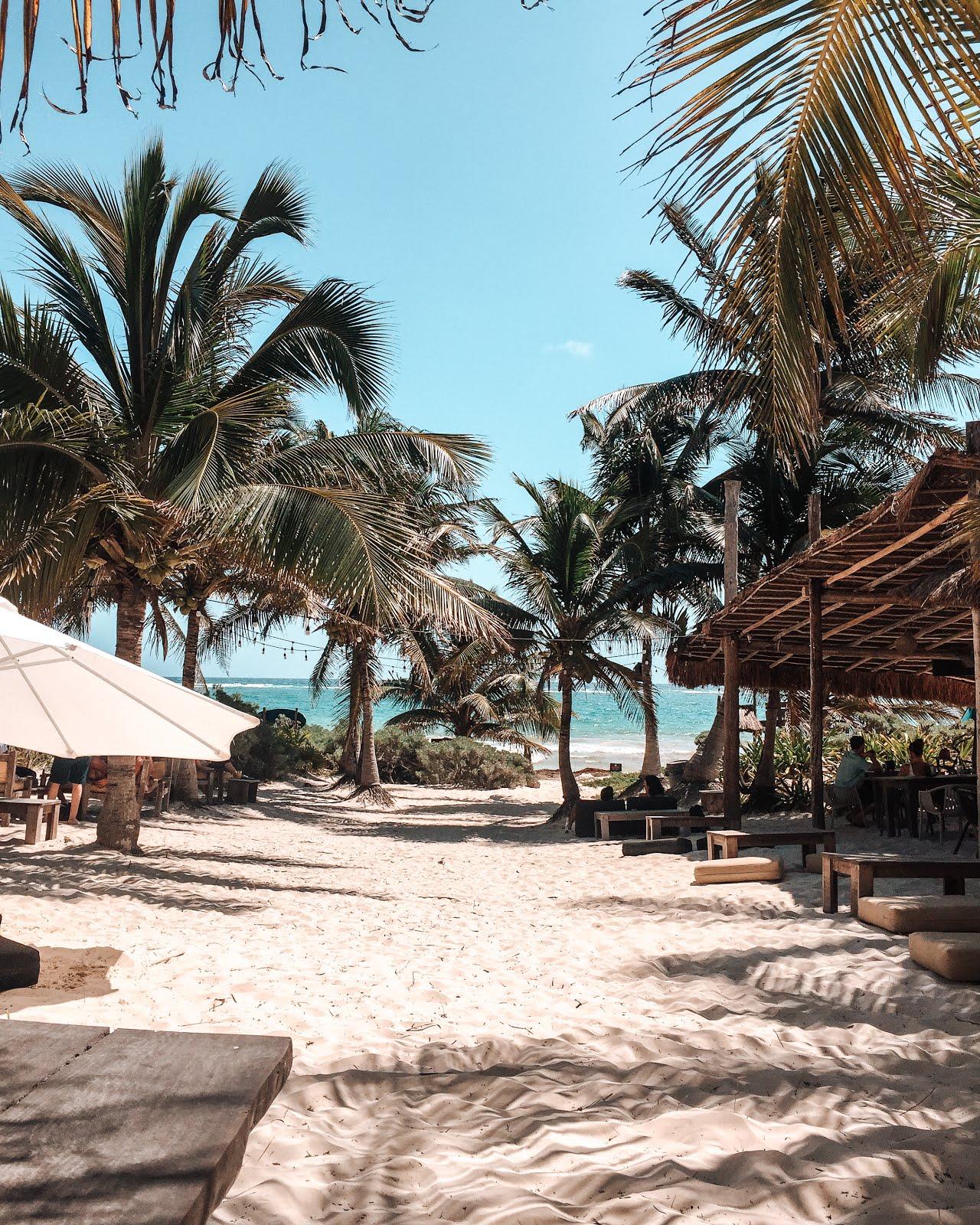 manger les pieds dans le sable à Agusto Tulum