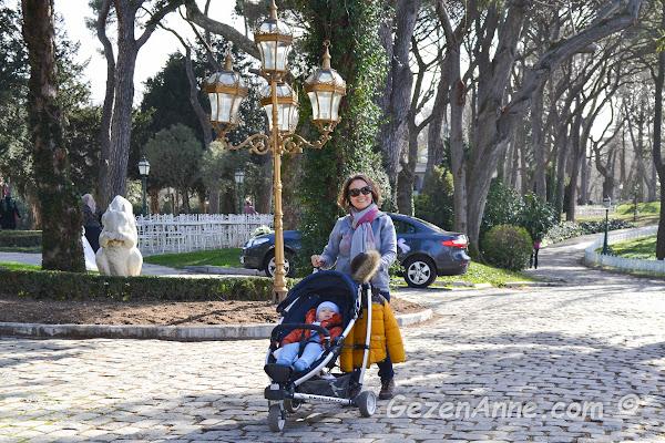 güneşli bir günde Hıdiv kasrında bebeğimle dolaşırken, İstanbul