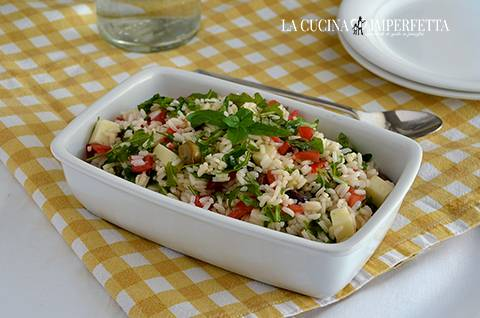 Insalata di riso con pomodori, asiago e rucola