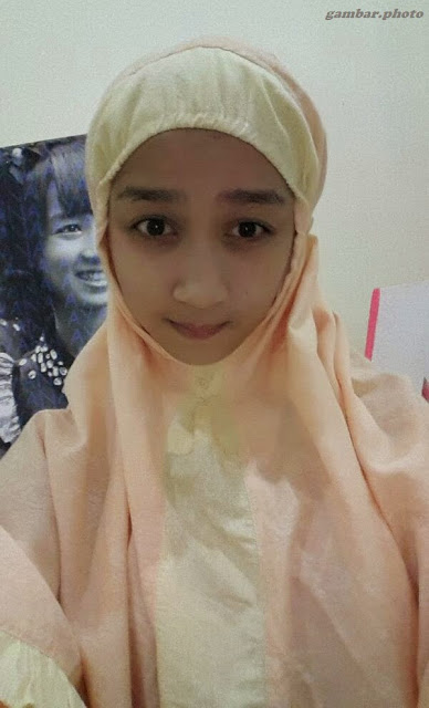 Ayana Shahab memakai kerudung