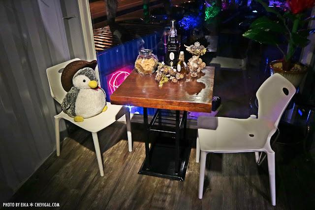 IMG 2595 - 台中沙鹿│向海咖啡屋*夢幻紫色玻璃貨櫃屋。咖啡與旋律伴你欣賞星光夜景
