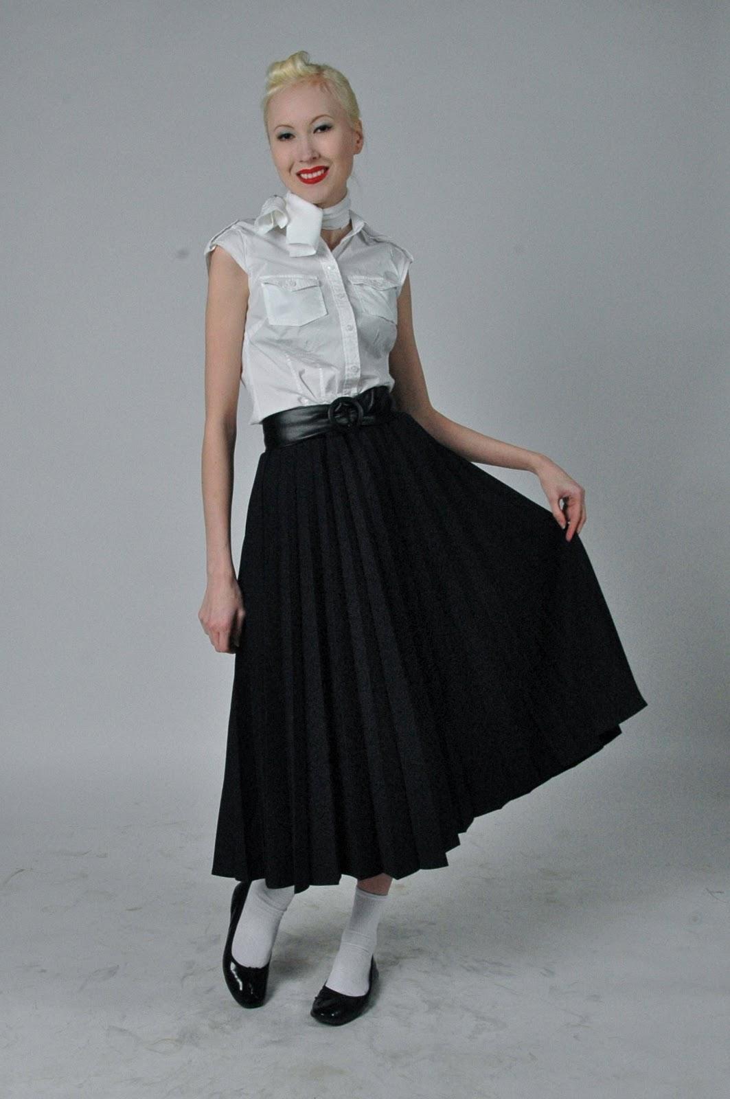 99cda6e1ba94 I slutet av 50-talet flyttades den markerade midjan uppåt och kjolarna blev  mindre vida samtidigt som de blev styvare.