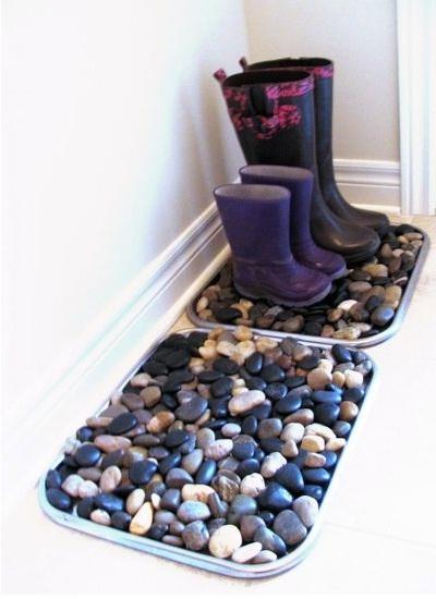 Boot trays atau nampan sepatu boot mirip dengan keset, tapi yang ini terbuat dari batu-batu dan kerikil. Biasanya disimpan di depan pintu masuk di dalam rumah.