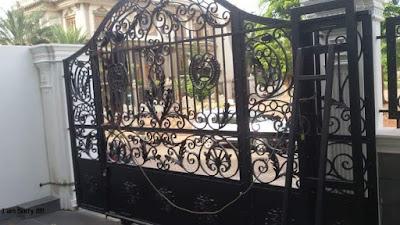 pintu pagar untuk rumah semi klasik